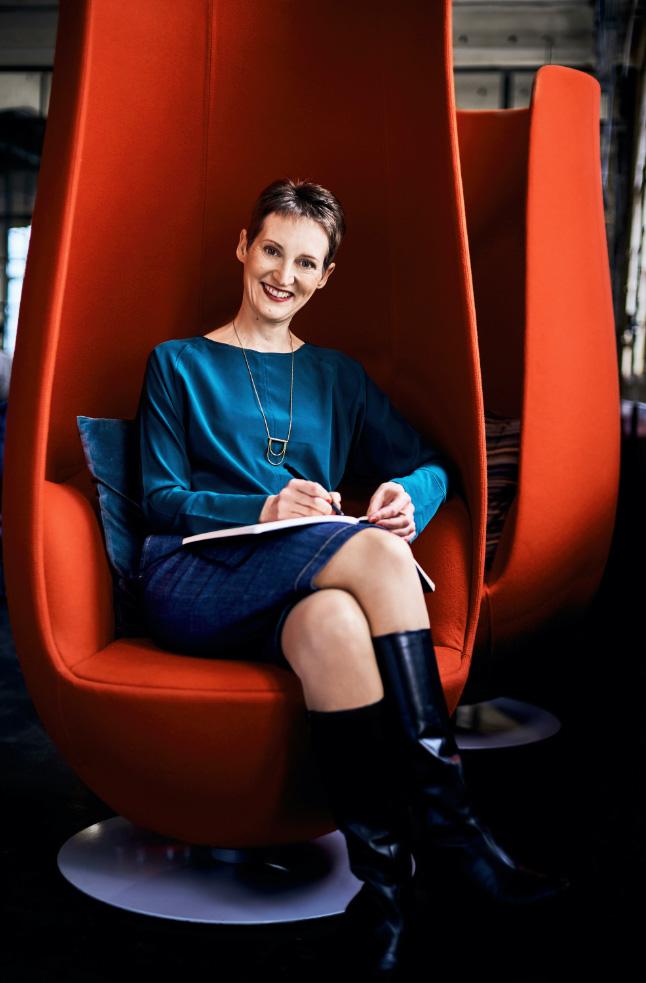 Alexandra Lethgau in rotem Stuhl